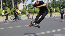 Di tengah popularitas skuter listrik, ada sekelompok orang yang setia dengan skuter atau otopet freestyle. Penggeraknya adalah tenaga dorong pengemudinya.