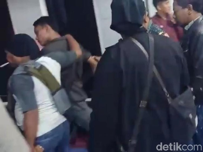 SM dan AL saat diamankan polisi dari kemarahan warga (Foto: Istimewa)