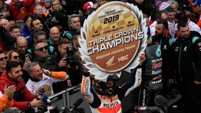 Repsol Honda raih triple crown berkat kemenangan Marc Marquez di MotoGP Valencia. (Foto: PIERRE-PHILIPPE MARCOU / AFP)