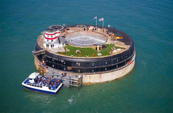 Benteng ini ada sejak abad ke-19, terjepit di antara pantai Inggris dan Isle of Wight. Istimewa/Colliers International/Curbed.