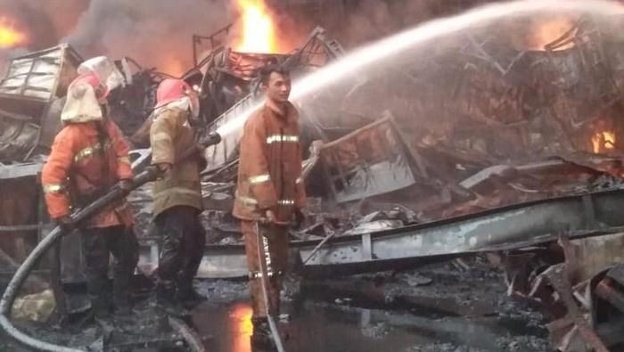 Kebakaran di pabrik pengolahan karet di Jambi. (Foto: Istimewa)