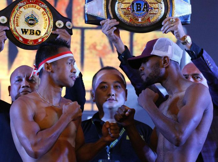Daud Yordan memenangi duel dengan Michael Mokoena untuk merengkuh gelar juara dunia tinju kelas ringan super 63,50 kilogram versi International Boxing Association (IBA) dan World Boxing Organization (WBO) Foto: Ari Bowo Sucipto/Antara)