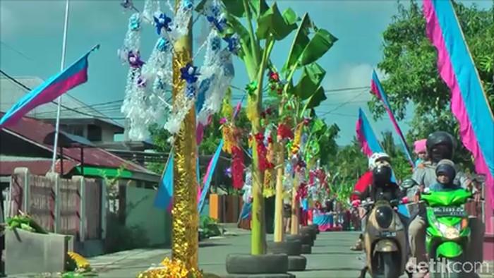 Sekitar 150 batang pisang hiasi tengah jalan di perayaan Maulid Nabi di Mamuju. (Abdy Febriady/detikcom)