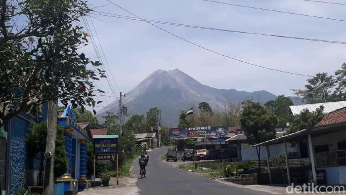 Penampakan Gunung Merapi pada Minggu (17/11) pukul 11.04 WIB. Foto: Dok Kabid Kedaruratan dan Logistik BPBD Sleman, Makwan