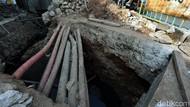 Potret Perbaikan Saluran Air di Pondok Gede yang Terhadang Kabel Optik