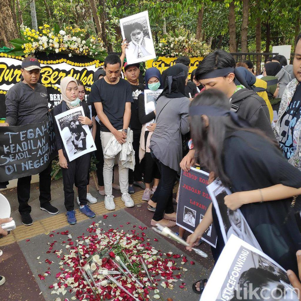Pengguna Grabwheels Tewas Tertabrak, Keluarga Gelar Aksi Tabur Bunga