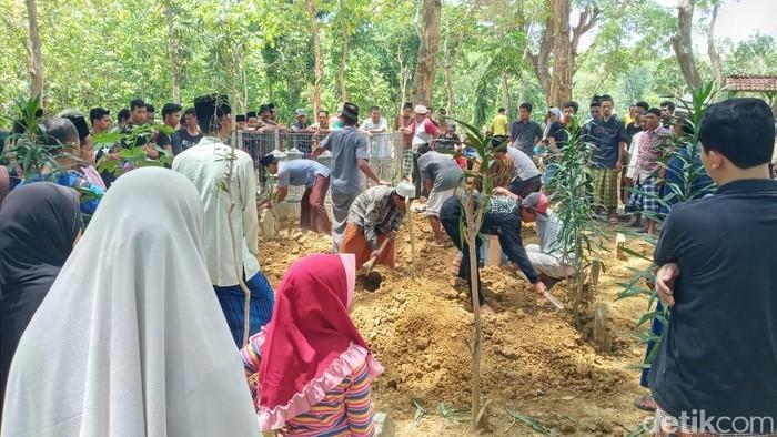 Pemakaman dua pekerja proyek double track Bogor-Sukabumi dimakamkan di Grobogan. Foto: Akrom Hazami/detikcom