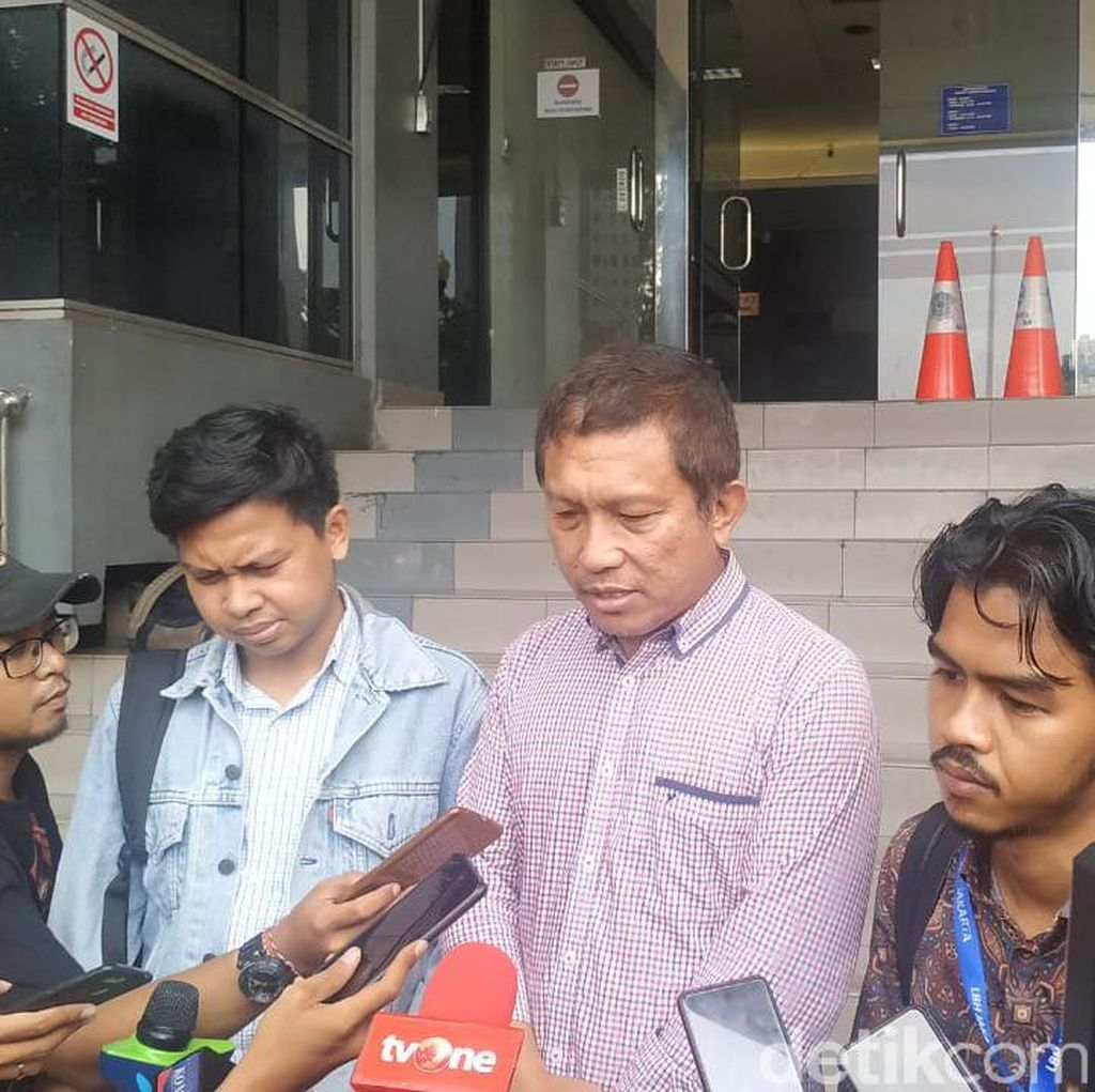 Sebut Teror Air Keras Rekayasa, Dewi Tanjung Dipolisikan Tetangga Novel