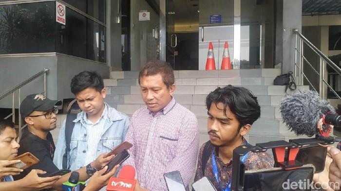 Tetangga Novel Baswedan, Yasri Yudha, melaporkan Dewi Tanjung. (Audrey/detikcom)