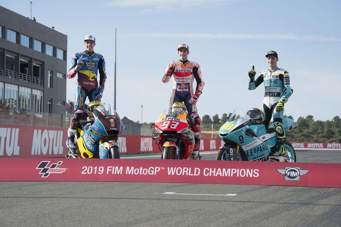 Berdiri masing-masing di atas motornya dari kiri ke kanan: Alex Marquez juara Moto2, Marc Marquez kampiun MotoGP, dan Lorenzo Dalla Porta si pemuncak klasemen akhir musim Moto3 (Mirco Lazzari gp/Getty Images)