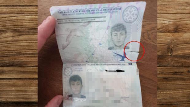 Sobekan di paspor James