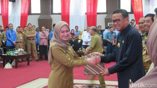 Gubernur Sulawesi Selatan (Sulsel) Nurdin Abdullah menyerahkan secara simbolik Daftar Isian Pelaksanaan Anggaran (DIPA) Tahun Anggaran 2020 kepada pemerintah daerah kabupaten/kota.