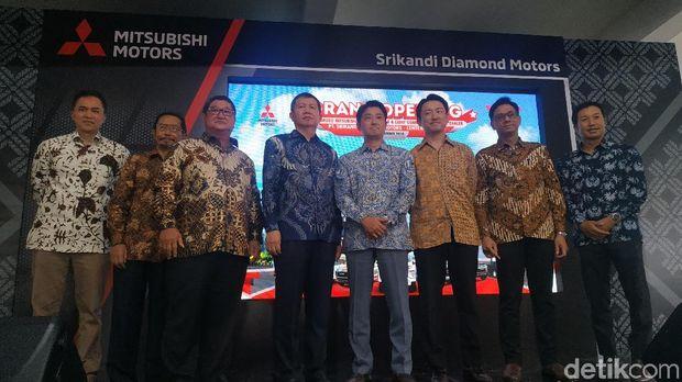 Manajemen Mitsubishi Indonesia berpose di diler baru Mitsubishi Lenteng Agung