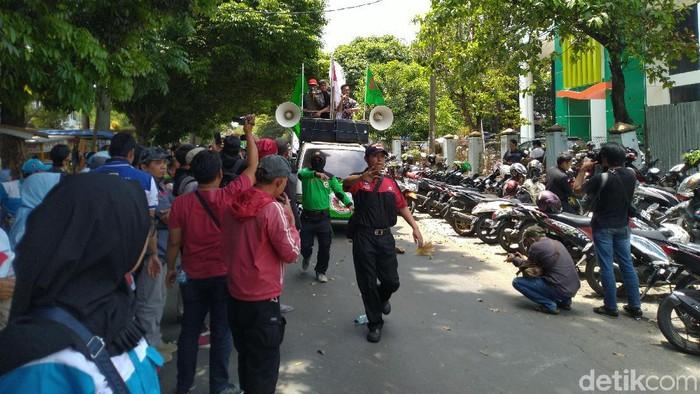 Demo buruh di depan Disnaker Kabupaten Bogor. (Sachril Agustin Berutu/detikcom)