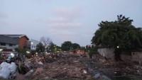 Ada dua penataan yang dilakukan oleh Pemkot Jakut yaitu penataan pembangunan jogging track sepanjang jalan inspeksi Danau Selatan (danau 1) di sepanjang RW 001, 005 & 006 yang bertujuan menciptakan tata ruang yang ramah lingkungan dan sehat. (Farih Maulana/detikcom)
