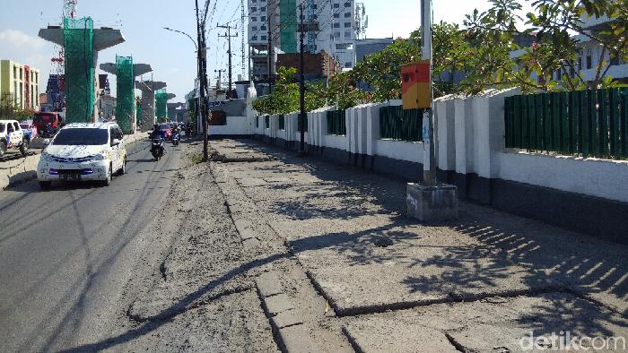 Lokasi pria mendandani nenek jadi pengemis di Jl AP Pettarani, Makassar, Sulsel. (Hermawan M/detikcom)