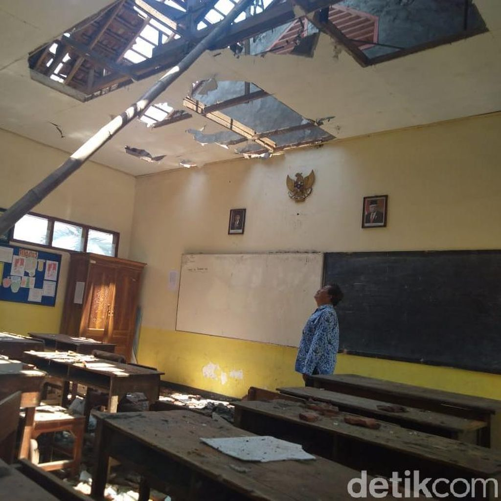 Ruang Kelas Terbakar, Puluhan Siswa SD di Jombang Belajar di Perpustakaan
