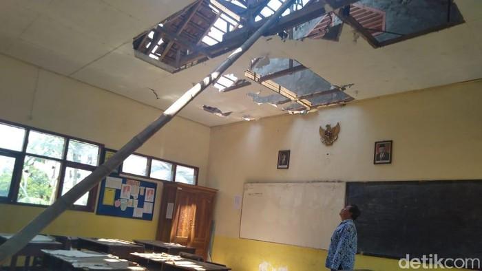 Atap kelas yang rusak karena terbakar (Foto: Enggran Eko Budianto)