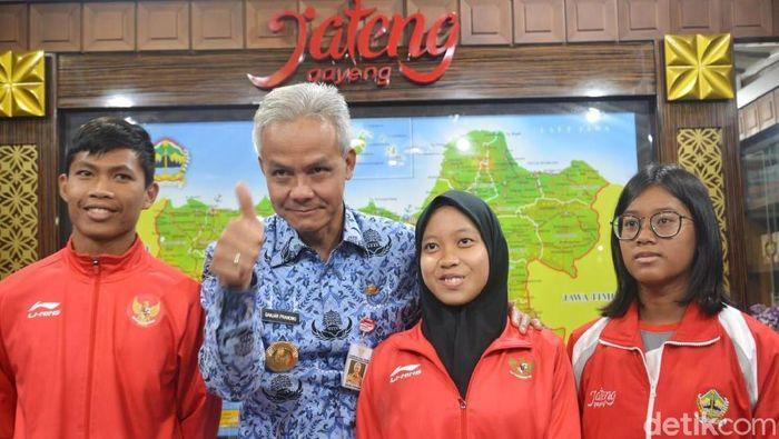 Karisma Evi Tiarani (18) warga Kecamatan Simo, Boyolali bertemu Gubernur Jawa Tengah Ganjar Pranowo. (Angling Adhitya Purbaya/detikSport)