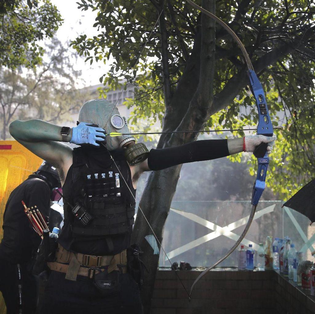 Polisi Hong Kong Terkena Anak Panah yang Dilepaskan Demonstran