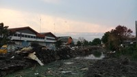 Pemkot Jakarta Utara menyebut penggusuran bangunan liar di Jalan Sunter Agung Perkasa, Tanjung Priok demi menciptakan lingkungan yang sehat dan bebas banjir. Selama ini, kawasan tersebut tergenang banjir karena saluran diduduki oleh bangunan. (Foto: Farih Maulana/detikcom)
