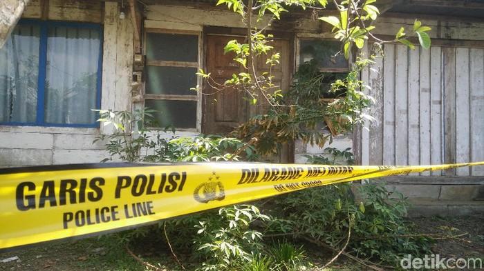 Garis polisi terpasang di lokasi penemuan mayat remaja terkubur di pekarangan rumah di Cilacap, Senin (18/11/2019). Foto: Arbi Anugrah/detikcom
