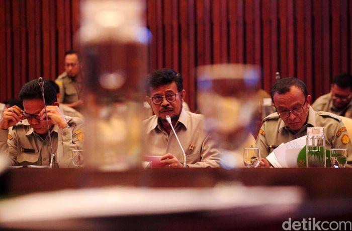 Syahrul Yasin Limpo didampingi jajarannya menghadiri rapat kerja di Komisi IV DPR.