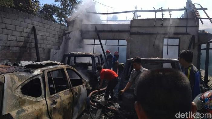 Kebakaran di Situbondo ludeskan rumah, mobil dan motor (Foto: Ghazali Dasuqi/detikcom)