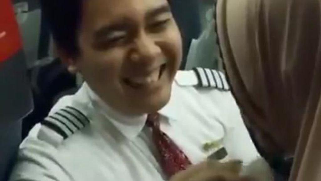 Pramugara atau Pilot? Ini Kata Pengunggah Video Pramugara yang Viral