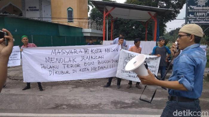 Massa gelar demo menolak pemakaman pelaku bom bunuh diri di Sei Sikambing. (Datuk Haris Molana/detikcom)