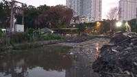 Setelah dibongkar, tampak sampah berada di saluran air tersebut. Warna air di saluran tersebut tampak hijau ataupun cokelat kehitaman. (Farih Maulana/detikcom)