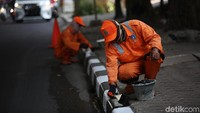 Pengecatan ulang dilakukan untuk memperindah dan memberikan kenyamanan pengguna jalan yang melintas di kawasan tersebut.