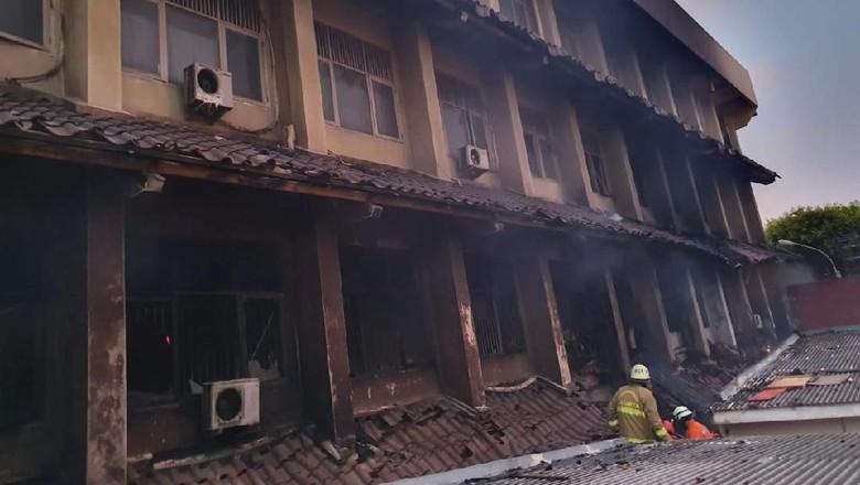 Pastikan Tak Ada Korban Terjebak, Petugas Sisir Ruangan SMK 6 Yadika Bekasi