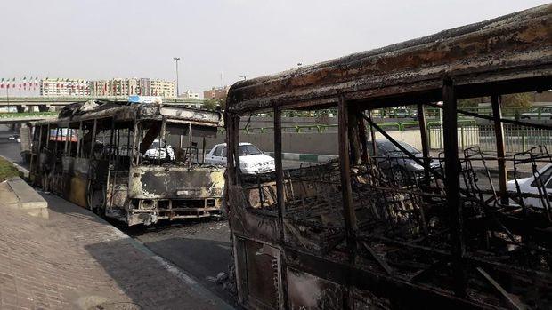 Bus-bus umum di Iran dibakar hingga tinggal rangka