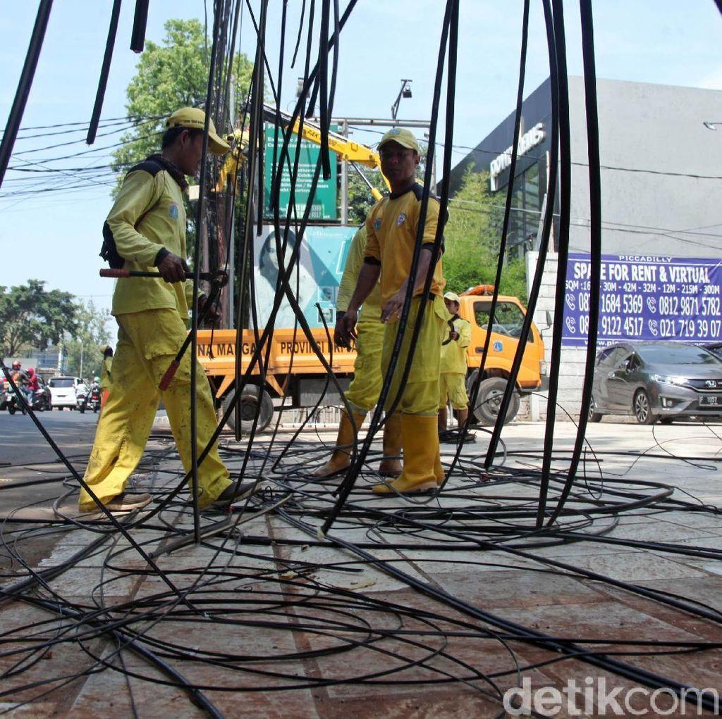 Petugas Gencar Rapikan Kabel Semrawut di Jakarta