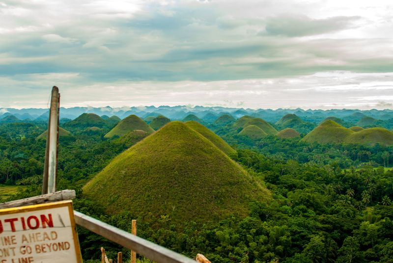Provinsi Bohol, Filipina punya objek yang menarik perhatian Bukit Cokelat atau Chocolate Hills. Bukit ini punya pemandangan yang berbeda di tiap musim. (iStock)