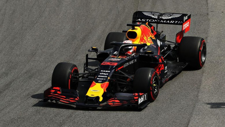 SAO PAULO, BRAZIL - NOVEMBER 17: Max Verstappen of the Netherlands driving the (33) Aston Martin Red Bull Racing RB15 on track during the F1 Grand Prix of Brazil at Autodromo Jose Carlos Pace on November 17, 2019 in Sao Paulo, Brazil. (Photo by Robert Cianflone/Getty Images)