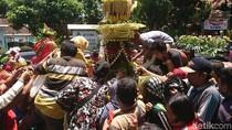 Warga Rebutan Tumpeng Lanang dan Wadon Peringati HUT Tulungagung