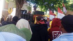 Kejari Banyuwangi Dikepung Warga Gumirih, Minta Dugaan Korupsi Ditangani