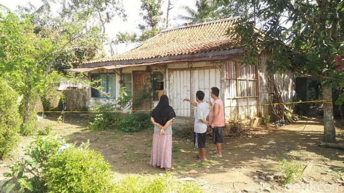 Mayat remaja ditemukan terkubur di pekarangan rumahnya, Cilacap. Foto: Arbi Anugrah/detikcom