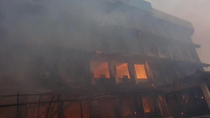 Kebakaran di SMK 6 Yadika Bekasi (Isal Mawardi/detikcom)