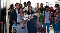 Tiga hari setelah menjalani proses persalinan di RS PKU Muhammadiyah Solo, Selvi Ananda akhirnya boleh pulang bersama anaknya yang baru dilahirkan, La Lembah Manah. Keluarga Presiden Joko Widodo itu meninggalkan RS pukul 13.30 WIB.