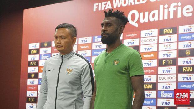 Yeyen Tumena (kiri) menilai permainan Malaysia sederhana. (