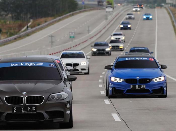 Komunitas pemilik BMW M yang bergabung dalam M Owners Club Indonesia (MOCI) mengadakan touring sejauh 810 km lintasi Jakarta-Semarang-Jogjakarta. Yuk lihat.