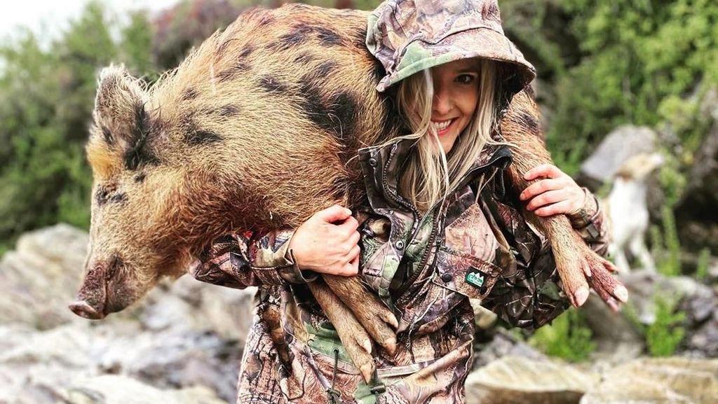 Posting Foto Bareng Hewan Hasil Berburu, Wanita Ini Dapat Ancaman Kematian