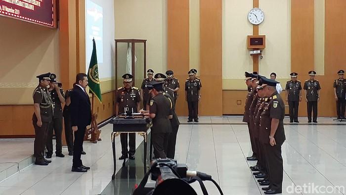 Jaksa Agung ST Burhanuddin melantik 3 jaksa agung muda, salah satunya eks ketua tim JPU kasus Ahok, Ali Mukartono yang dilantik menjadi Jampidum. (Yulida/detikcom)