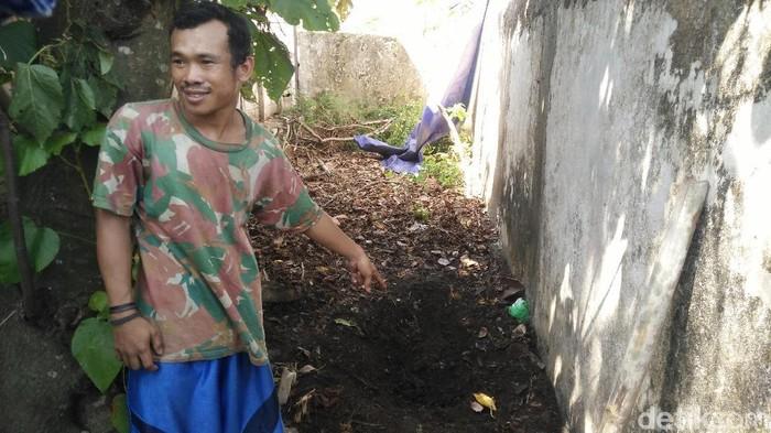 Warga menunjukkan lokasi mayat remaja ditemukan terkubur di pekarangan rumah di Cilacap, Senin (18/11/2019). Foto: Arbi Anugrah/detikcom