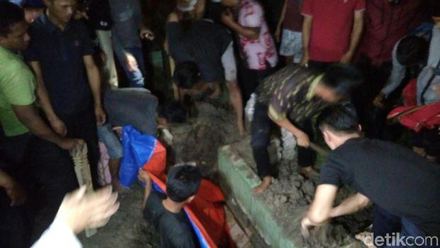 Jenazah Rabbial Muslim Nasution, pelaku bom bunuh diri di Mapolrestabes Medan, Sumut,  dimakamkan, Senin (18/11/2019)