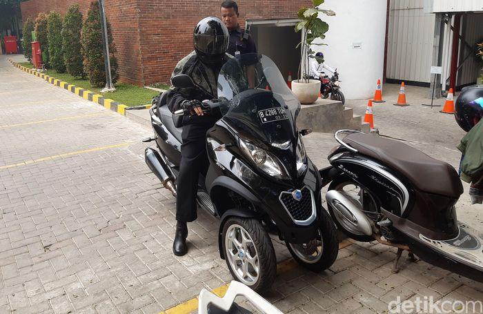 Chandra Hamzah datang ke Kementerian BUMN dengan menggunakan sepeda motor.