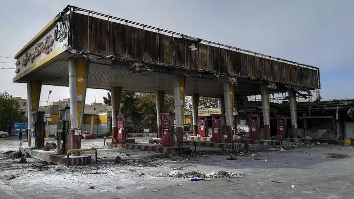 Sebuah pom bensin di Teheran dibakar oleh demonstran saat unjuk rasa menolak kenaikan harga BBM (Abdolvahed Mirzazadeh/ISNA via AP)